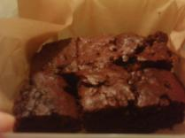 """nach auskühlen; wuschö in """"brownie""""mässigen Stücke"""